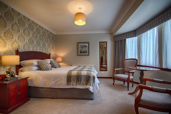 Strathburn Hotel : Superior Double bedroom with seating area and view of bay window