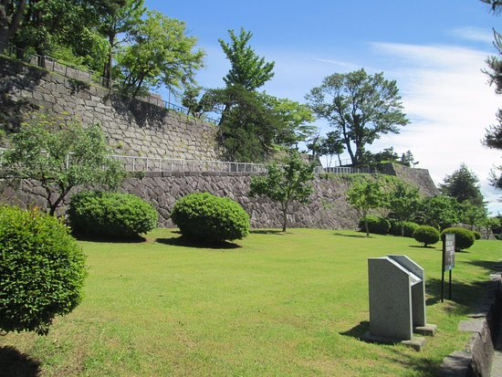 Iwate Park (Koen): 入口の芝生