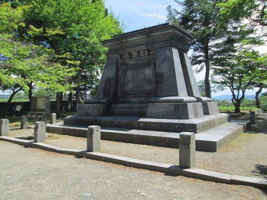Iwate Park (Koen): 銅像の台座