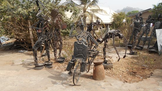 Lokoja, ไนจีเรีย: Metal works dot the gallery grounds in Ogidi, Kogi State