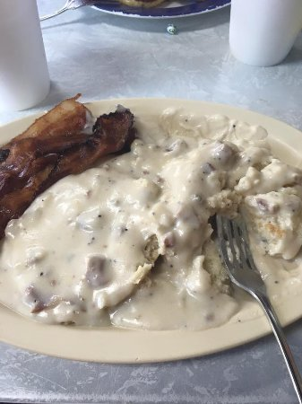 T-Rays Burger Station : Biscuits and Gravy with bacon