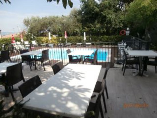 Mondavio, Italia: Outside showing swimming pool