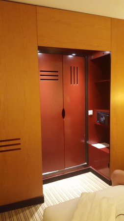 Novotel Suites Calais Coquelles Tunnel sous La Manche : Doors inside the wardrobe area to Bathroom.