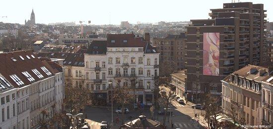 Sofitel Brussels Europe: Vue de la terrasse, beau point de vue sur Bruxelles et sur le tableau de Bottazzi