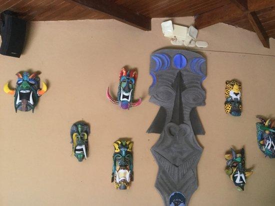 DoceLunas Hotel, Restaurant & Spa: Masques tribaux exposés près du bar du restaurant, aussi planche de surf d'un artiste local.