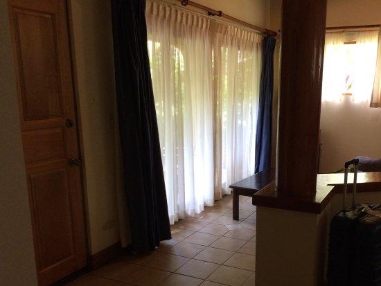DoceLunas Hotel, Restaurant & Spa: Coin repos de la chambre avec porte française donnant sur le jardin