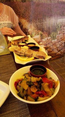 Chez Nina : Plat: brochette de thon et poulet
