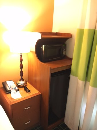 Fairfield Inn & Suites Seattle Bremerton: Microwave and refrigerator