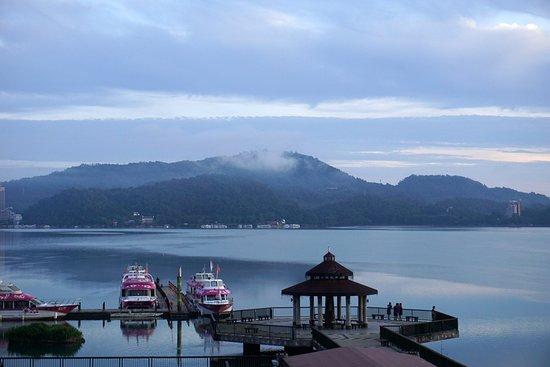 Huyue Lake View Hotel: 房間陽台可看到八角亭