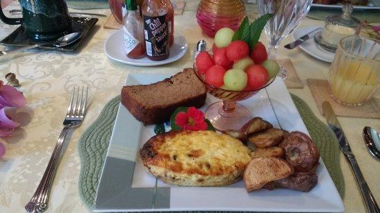 Annville, Pensilvanya: Breakfast day 1 - quiche, potatoes, cinnamon bread, and fruit