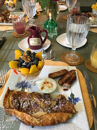 Annville, Pensilvanya: breakfast day 2. apple pancake, yogurt fruit and granola