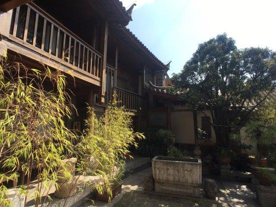 Zen Garden Hotel (Wuyi Yard): 호텔의 일부분입니다. 자연 속에 있는 옛 건물입니다.