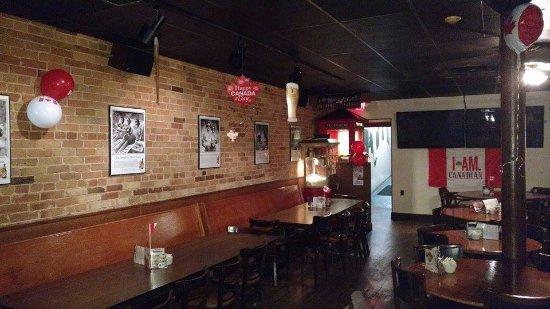 Tillsonburg, Canada: Copper Mug Canada Day decor. Back of restaurant.