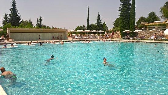 La piscina in fondo gli idromassaggi a tempo foto di - Piscina monsummano terme ...