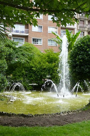 Hotel Zaragoza Plaza: fountain in the park (our room is the one with curtains drawn)