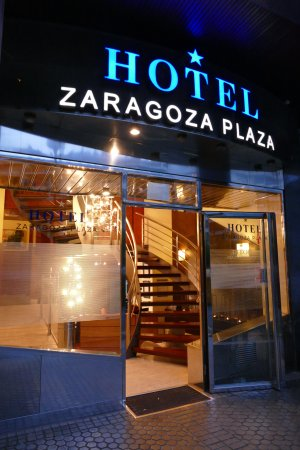 Hotel Zaragoza Plaza: Entrance to hotel