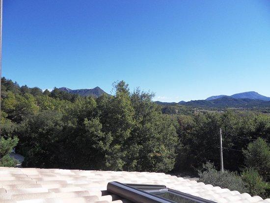 Aiglun, Frankrike: en regardant vers l'Est depuis la terrasse