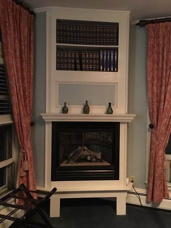 Christopher's by the Bay: Gas fireplace