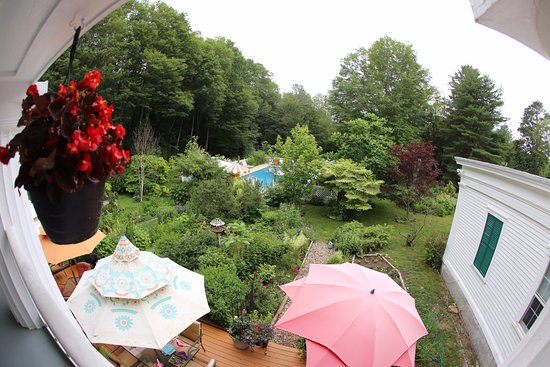 Mystic Country, คอนเน็กติกัต: Over Looking the Flowers Gardens and Pool at the House of 1833 B & B Mystic CT