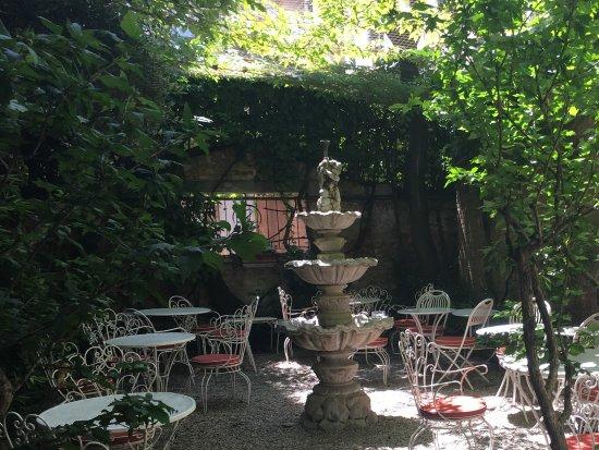 le jardin pour le petit d jeuner photo de hotel flora. Black Bedroom Furniture Sets. Home Design Ideas