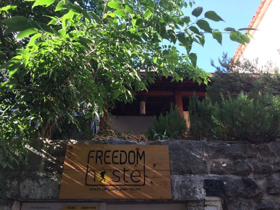 Freedom Hostel Budva: Vista dal vicolo