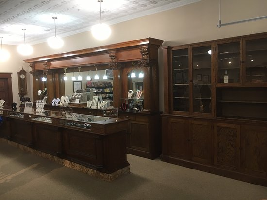 Hardin, MT: Beautiful Back Bar and Side Case in the gift shop.