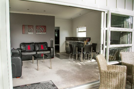 Martinborough Mews : TV/Lounge/Kitchenette includes BBQ and private deck