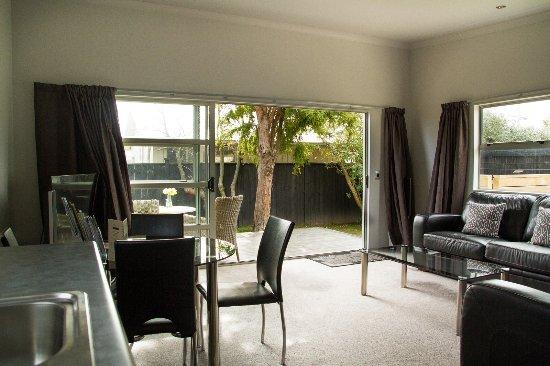 Martinborough, Nueva Zelanda: TV/Lounge/Kitchenette includes BBQ and private deck