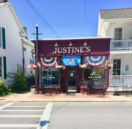 Justine's Ice Cream Parlor: Just across the street from the 1812 Tavern and Municipal Parking Lot