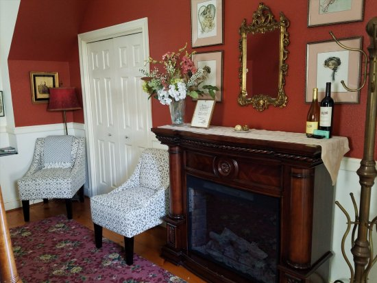 Haydon Street Inn B & B: Victorian Room Fireplace