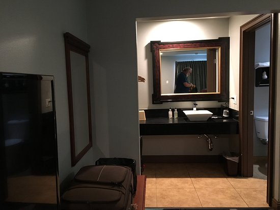 Fortuna, CA: Nicely remodeled vanity area