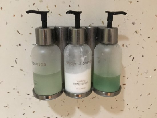 Fortuna, Kalifornien: Bathroom amenities in dispenser bottles