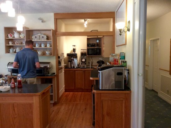Village Country Inn: Great little self serve breakfast bar.o