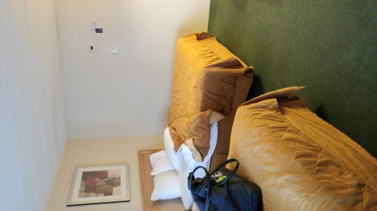 Econo Lodge By the Falls: On clifton hill . 2 queen bed room