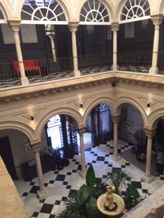 Hotel Palacio de Villapanes: Entry and Courtyard