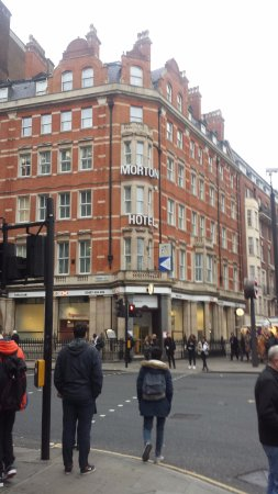 Morton Hotel: Outside hotel opposite Russell Square.