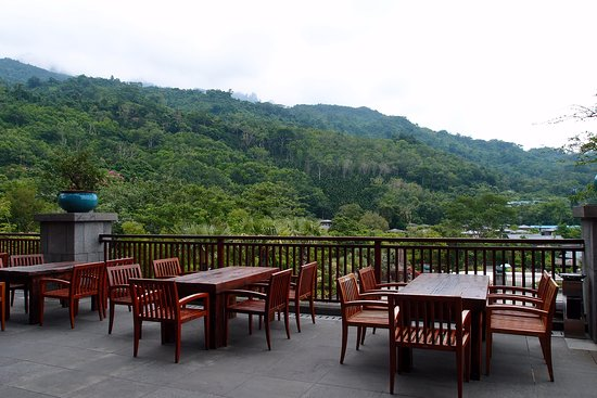 Baoting County, China: outdoor dining area