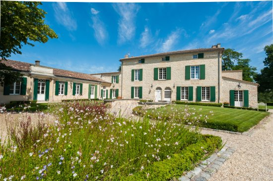 Cantenac, France: Building in the middle of the property