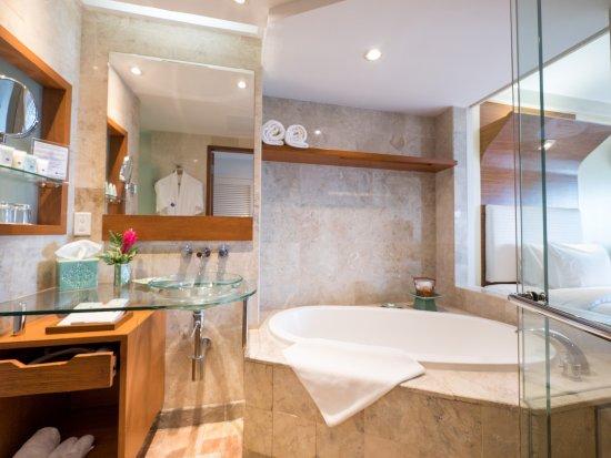 Fiesta Resort & Spa Saipan: Suite bathroom