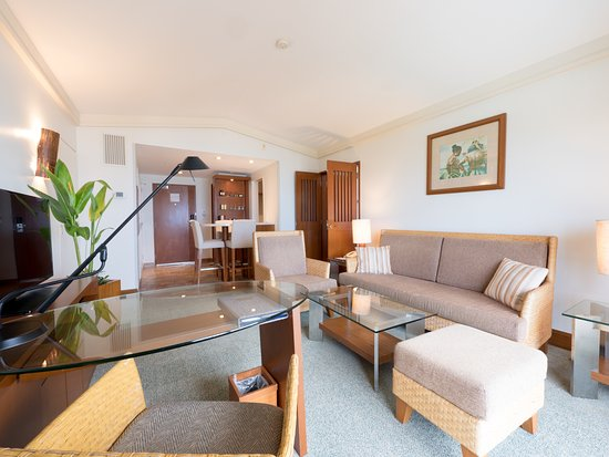 Fiesta Resort & Spa Saipan: Suite living room