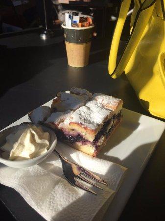 Te Awamutu, New Zealand: Yum White Choc Blueberry Shortcake!!