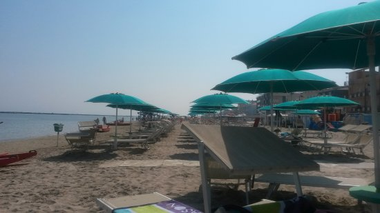 Hotel Villa dei Platani : Clean, spacious beach with included beach service.