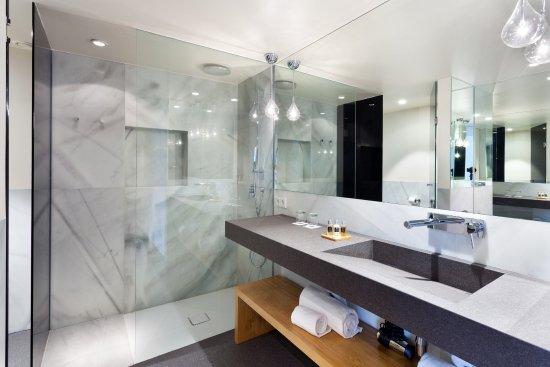 hotel royal passeig de gracia familiar room bathroom