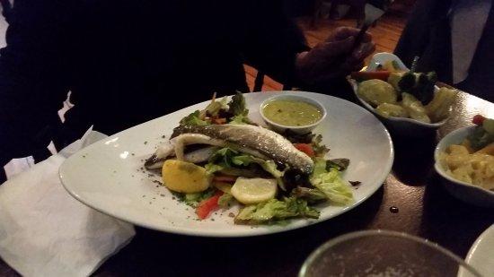 Ennis, أيرلندا: Seebrasse mit frischem Gemüse