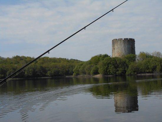County Cavan, Irland: Turm vom See aus