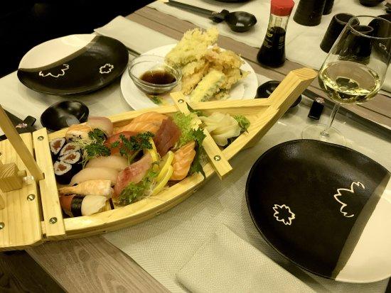 Barca sushi fotograf a de ristorante giapponese koi for En ristorante giapponese