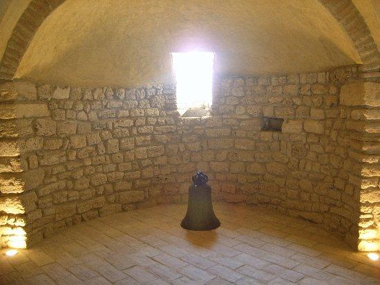 Narni, Italia: Cripta, vecchia campana