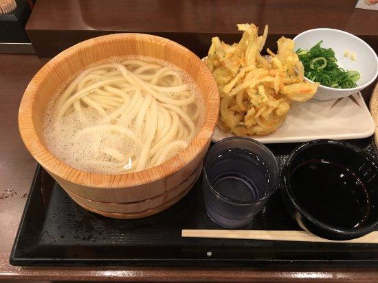 Marugame Seimen Haneda Airport: 釜揚げうどんと野菜かき揚げ