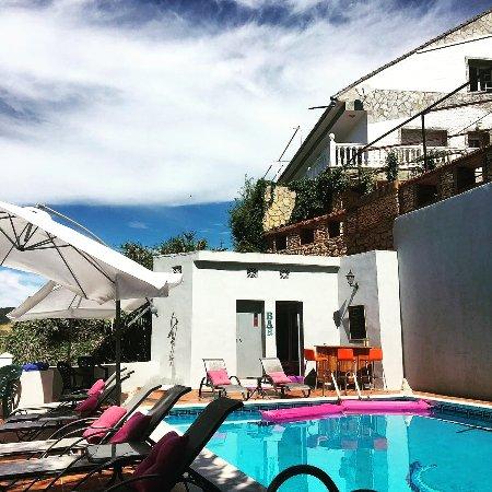 Arriate, Hiszpania: Swimmingpool and bar