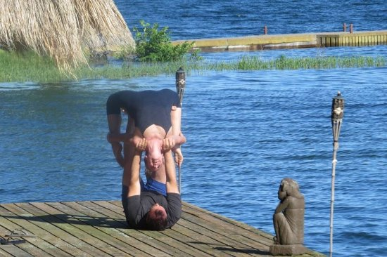 Wolfe Island, Canadá: Couple doing yoga on the dock